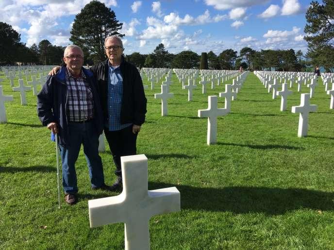 André Gantois (à gauche) et son frère, Allen Henderson, au cimetière d'Omaha Beach, le 24 septembre.