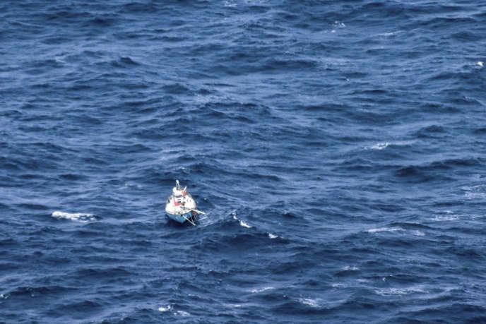 Image fournie lundi 24 septembre par la marine indienne du voilier démâté du skippeur indien Abhilash Tomy.
