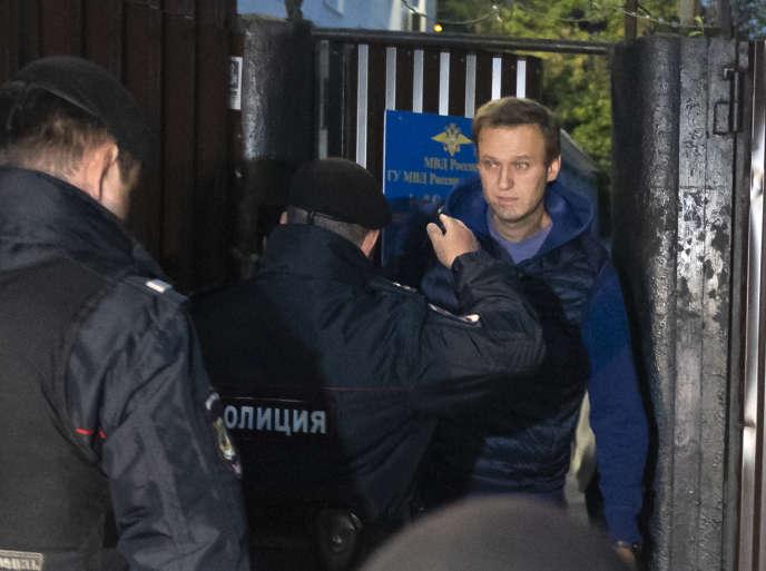 Alexeï Navalnyétait attendu à sa sortie du centre de détention, lundi 24 septembre, par des policiers, qui l'ont aussitôt emmené à un poste de police du centre de Moscou.