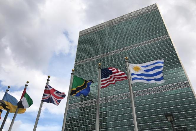 «L'ONU, qui en 1948 a proclamé la Déclaration universelle des droits de l'homme, veille et alerte l'opinion mondiale sur les manquements aux droits de l'homme dans le monde.» (Les Nations unies à New York, le 24 septembre).