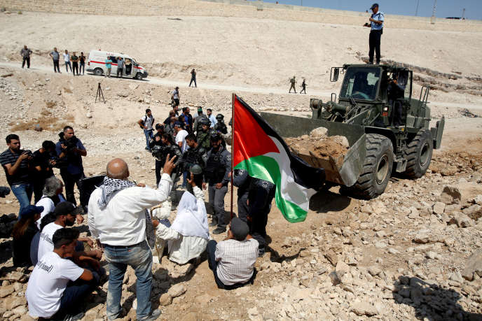 Rassemblement de Palestiniens devant un bulldozer israélien pour protester contre leur expulsion, à Khan Al-Ahmar (Cisjordanie), le 14 septembre.