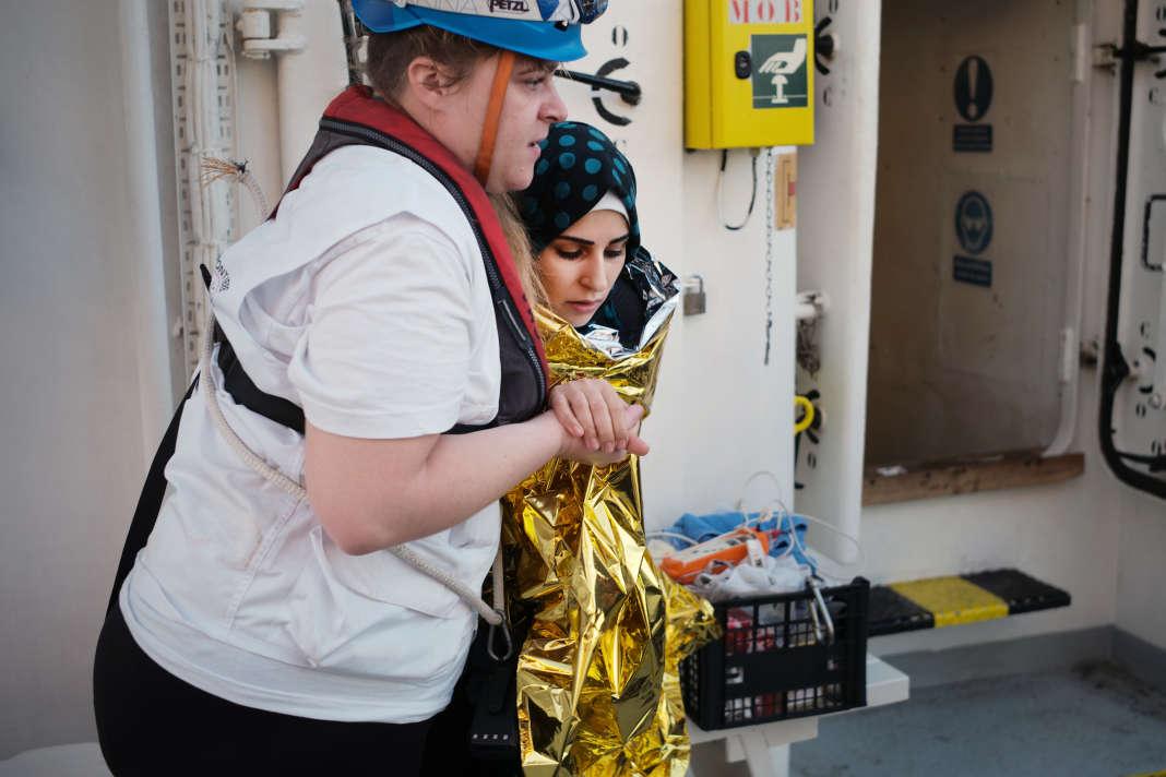 Sauvetage au large de Zaouïa (Libye) d'un petit bateau de pêcheurs, le  23 septembre. SAMUEL GRATACAP POUR LE MONDE