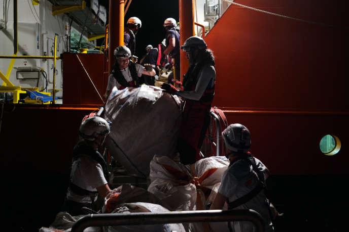 Sauvetage au large de Zaouia d'un petit bateau de pêcheur avec 47 personnes à son bord dont 17 mineurs, le 23 septembre.