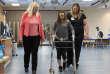 L'Américaine Kelly Thomas, paralysée, a pu remarcher avec un déambulateur grâce à un implant qui stimule sa mœlle épinière.