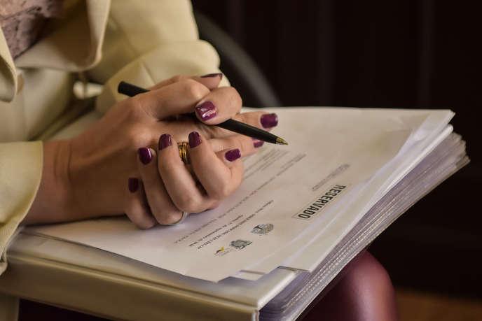 La député de droite Paolo Vintimilla montre le courrier classé à « caractère réservé » et daté du 4 décembre 2017, signé de la main de Julian Assange.