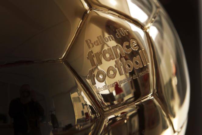 Le Ballon d'or, remis chaque année, reste le prix individuel suprême pour un footballeur.