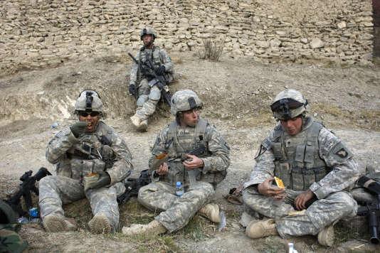 Des militaires américains en Afghanistan mangent des rations de combat, enAfghanistan, en2008.