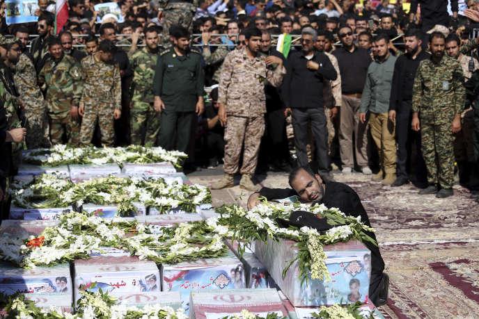 Le père de l'une des victimes, un enfant de quatre ans, lors des funérailles.