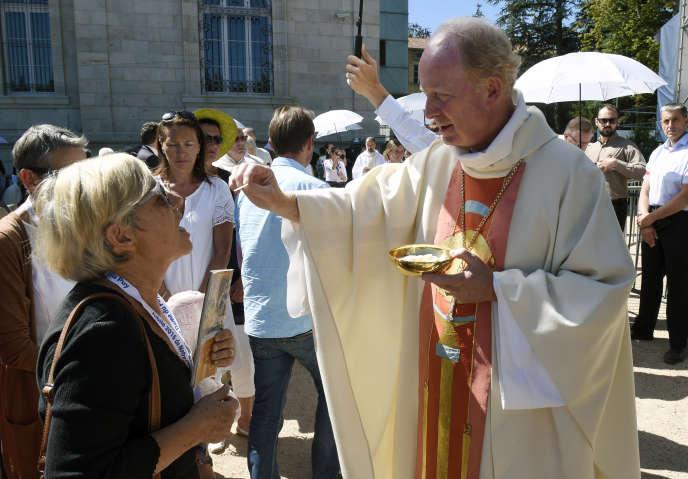 L'évêque Luc Crepy, lors de la messe de la Vierge noire, lors de la fête de l'Assomption, le 15 août 2016, au Puy-en-Velay.