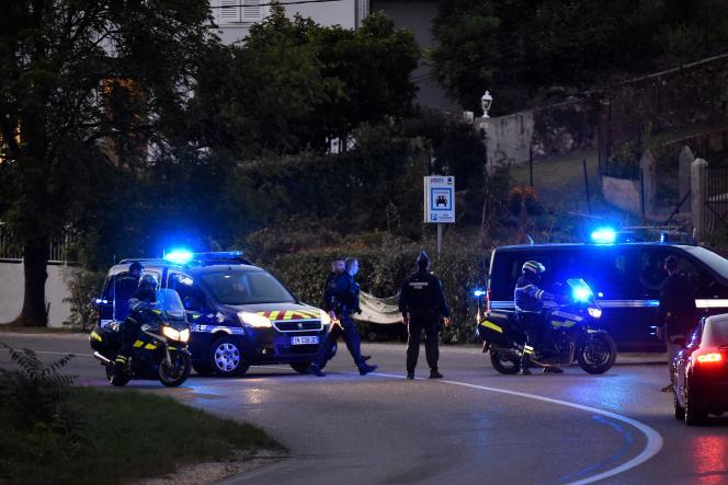 Lundi 24 septembre, lors de la reconstitution de la nuit du meurtre en présence de Nordahl Lelandais, des juges d'instruction, des avocats et des parties civiles.