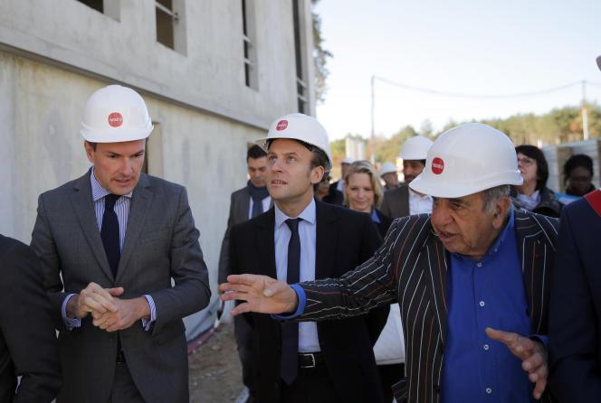 Emmanuel Macron, alors potentiel candidat à la présidentielle,à Poissy (Yvelines) avec l'architecte Roland Castro, le 6 octobre 2016.