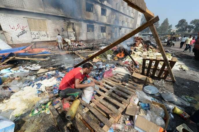 Les débris du campement des partisans de Mohamed Morsidevant la mosquée Rabaa al-Adawiya, au Caire. Plus de 700 manifestants ont été tués, le 14 août 2013, lors de la dispersion de deux sit-in de protestation contre le renversement par l'arméedu président islamiste égyptien.