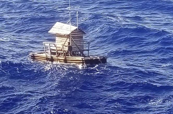 Son radeau de pêche, sans moteur ni rame et surmonté d'une cabane, a dérivé pendant sept semaines après que ses amarres aient rompu.
