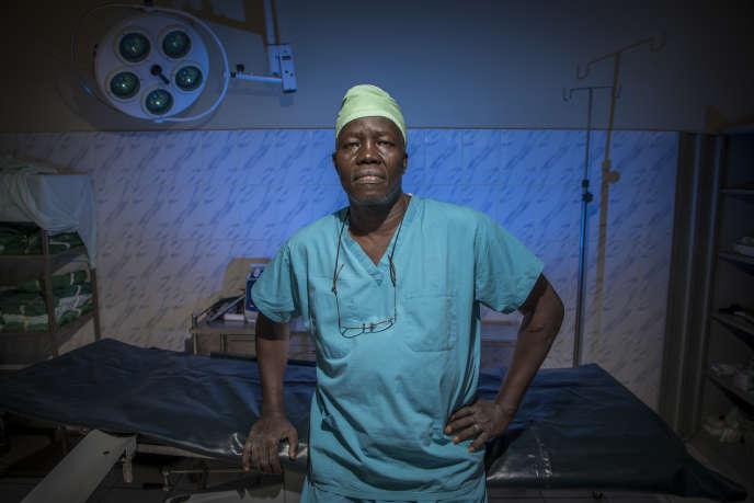 Le chirurgien Evan Atar Adaha dans le bloc chirurgical de l'hôpital de Bunj, au Soudan du Sud.