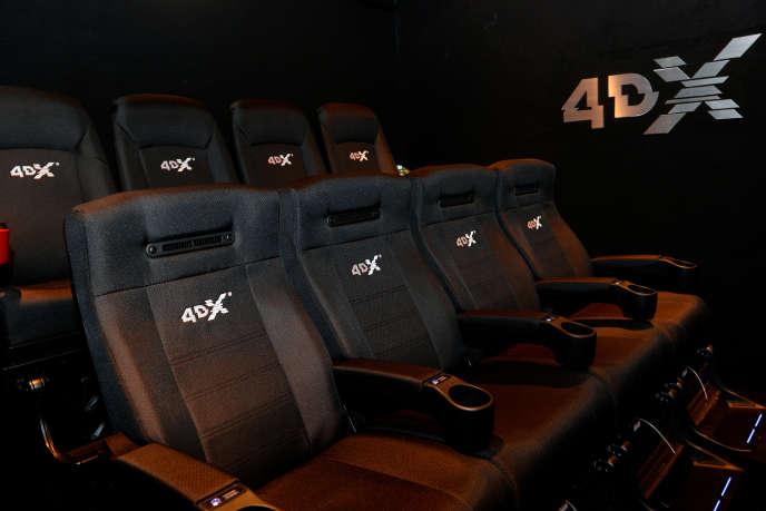 Avec la technologie 4DX, les fauteuils bougent pour accompagner l'action du film et le public reçoit des gouttes d'eau, de l'air chaud, du vent, du brouillard ou du parfum, ce qui donne à la séance de cinéma des airs de parc d'attractions.