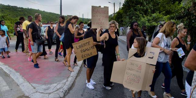 Parents, élèves et professeurs ont manifesté contre les conditions de la rentrée scolaire dans Marigot (Saint-Martin), le 19 septembre.