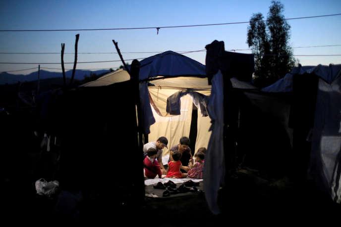 Dans le camp de réfugiés de Moria, sur l'île de Lesbos, en2018. La Grèce est redevenue, en2019, la première porte d'entrée des migrants et réfugiés en Europe.