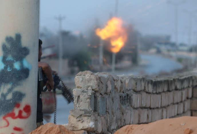 Pendant des combats entre groupes armés et militaires loyaux au gouvernement de Fayez Al-SarrajàTripoli, en Libye , le 21septembre2018.