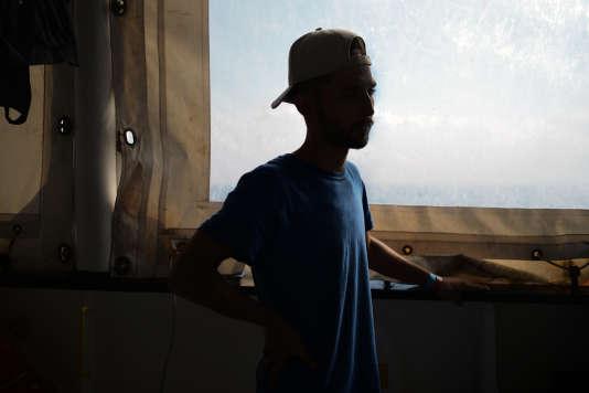 Abdul, jeune libyen de 20 ans, a été pris en otage en Libye. Sa mère Ibtissem et son mari ont dû payer l'équivalent de 8 750 euros de rançon en dinars libyens pour le récupérer. Ils ont quitté la ville de Zouara sur un bateau de pêcheur avec en tout 47 personnes à bord. L'équipage de SOS Mediterranée leur est venu en aide dans la nuit du 22 au 23 septembre.