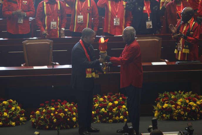 L'ex-président angolais José Eduardo dos Santos passe le relais à son successeur, Joao Lourenço, lors du congrès extraordinaire du Mouvement populaire pour la libération de l'Angola (MPLA, au pouvoir), le 8septembre2018 à Luanda.