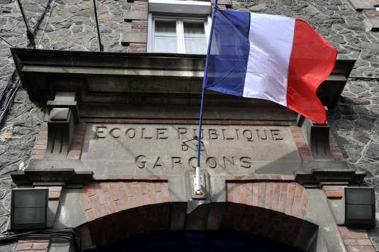 Fronton d'une école publique, à Nantes.