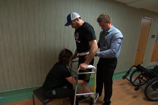 Jered Chinnok, totalement paralysé des jambes, a réussi à marcher avec le seul appui des bras et d'un déambulateur, grâce à l'implant d'une électrode.