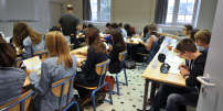 Pupils fill documents in their classroom at the Guist'hau's high school on September 4, 2012, at the start of the new school year in Nantes, western France.  AFP PHOTO FRANK PERRY / AFP PHOTO / FRANK PERRY
