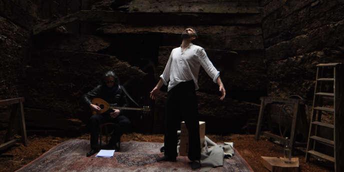 Hovnatan Avédikian met en scène et interprète avec brio, au Lavoir moderne parisien,des textes d'Aziz Chouaki sur des aventuriers qu'on appelle migrants.