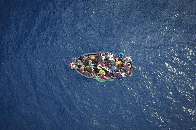 Un bateau de migrants dans le détroit de Gibraltar le 8 septembre 2018.