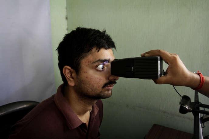 Un citoyen indien se fait scanner la rétine pour s'inscrire sur le fichier Aadhaar, à Calcutta, le 16 mai 2012.