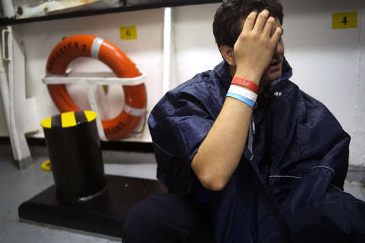 Une des 58 personnes secourues en mer, à bord de l'«Aquarius», le 25 septembre.