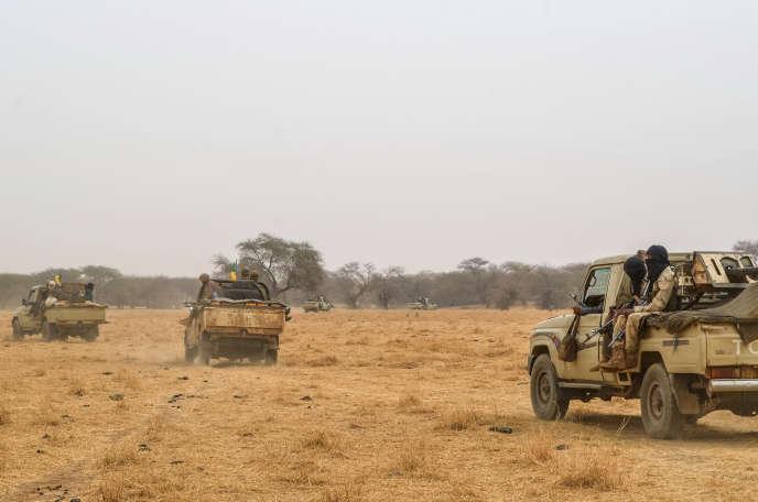 Des hommes du Mouvement pour le salut de l'Azawad (MSA) patouillent le long de la frontière nigérienne, dans la région de Ménaka (nord-est du Mali), en février 2018.