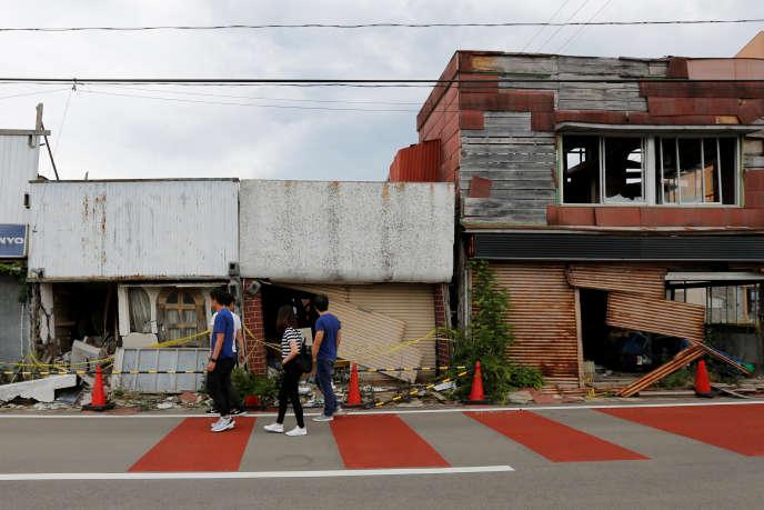 Touristes philippins dans la ville de Namié, près de Fukushima, le 17 mai.