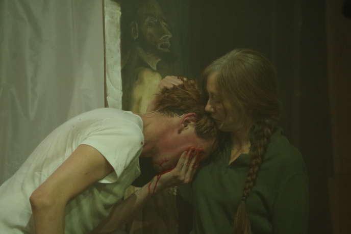 Frédéric Noaille et Valérie Dréville dans«Les Démons», deDostoïevski, mis en scène parSylvain Creuzevault aux Ateliers Berthier de l'Odéon-Théâtre de l'Europe, à Paris.