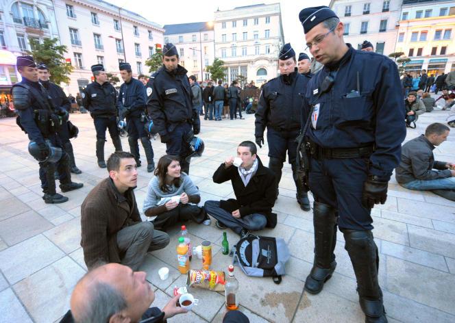 Un CRS demande aux participants à un« apéro géant Facebook» de préférer des boissons sans alcool, en avril 2012 au Mans (Sarthe).