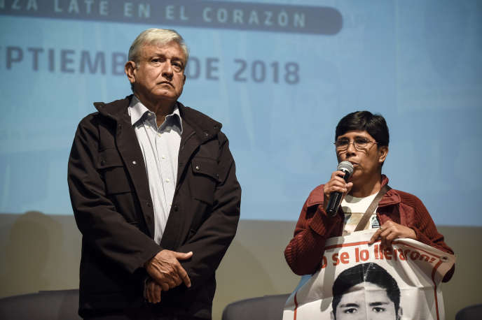 Andres Manuel Lopez Obrador avec une parente de l'un des 43 disparus, le 26 septembre 2018.