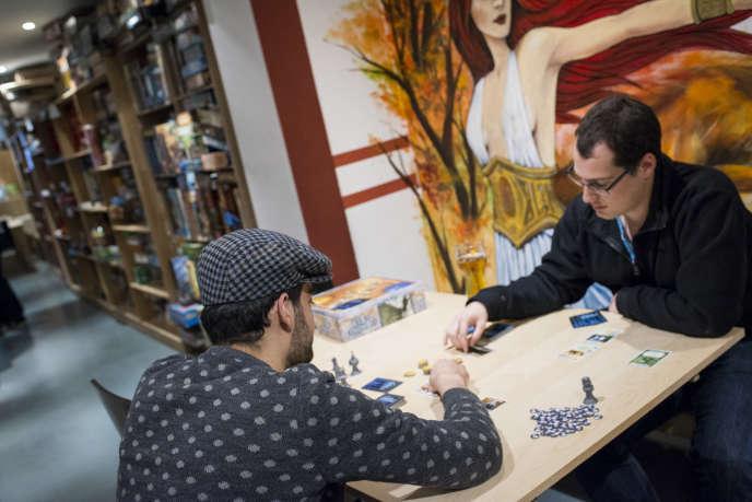 Le bar Le Nid, cocon ludique pour passionnés de jeux à Paris. Ici, deux amis jouent à Game of Thrones.