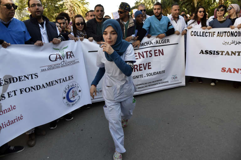 Des internes en médecine manifestent à Alger, le 30 janvier 2018, contre le service civil obligatoire,une période de un à quatre ans qu'ils doivent à l'Etat après leurs études.