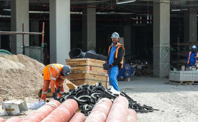 Un ouvrier sur le chantier de construction du stade Al-Wakrah, dans la banlieue deDoha, enfévrier2018.