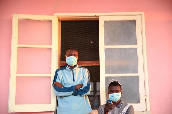 Des patients atteints de tuberculose, portant des masques pour éviter la contagion, à l'hôpital deChiulo, dans le sud-ouest de l'Angola, en février 2018.