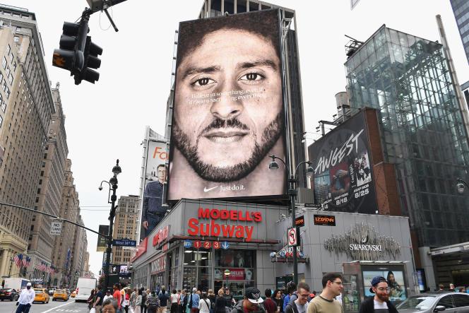 Publicité pour la marque Nike représentant le footballeur américain Colin Kaepernick, à New York, le 8 septembre.