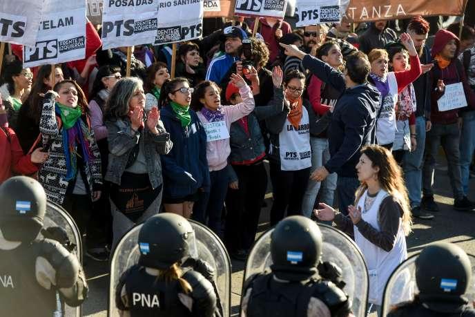 Manifestation à Buenos Aires, dans le cadre de la grève générale en Argentine, le 25 septembre.