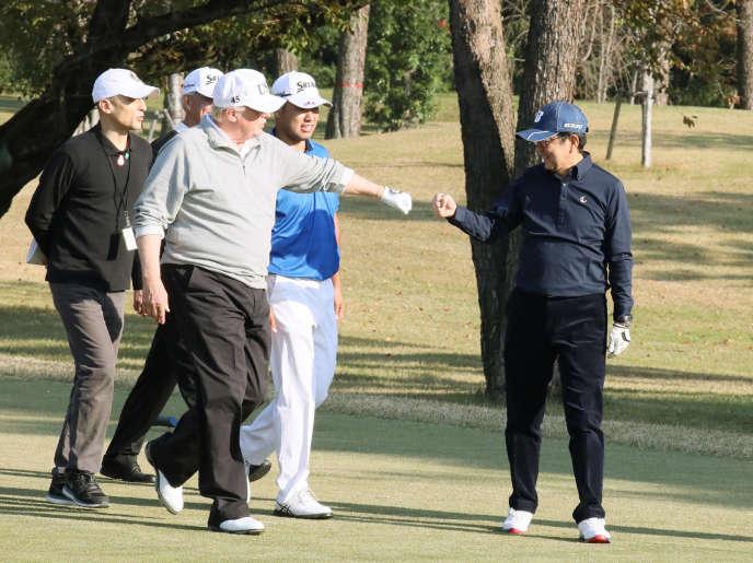 Le président Donald Trump au côté du premier ministre japonais Shinzo Abe, au Kasumigaseki Country Club Golf Course de Kawagoe (nord-ouest de Tokyo), le 5 novembre 2017.