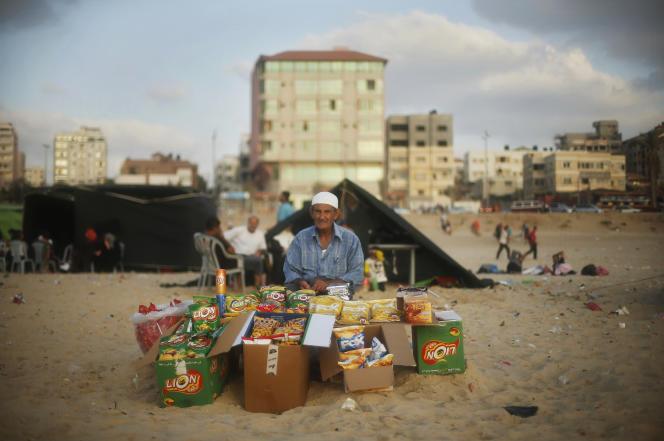 Un palestinien vend des snacks sur la plage de Gaza, le 9 juillet 2013.