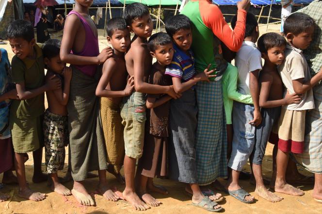 DesRohingya ayant fui la Birmanie font la queue pour obtenir des vivres, au camp deKutupalong (Bangladesh), en septembre 2017.