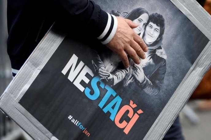 Un portrait de Jan Kuciak et de sa fiancée Martina Kusnirova, lors d'un rassemblement à Bratislava, en Slovaquie, le 5 avril.