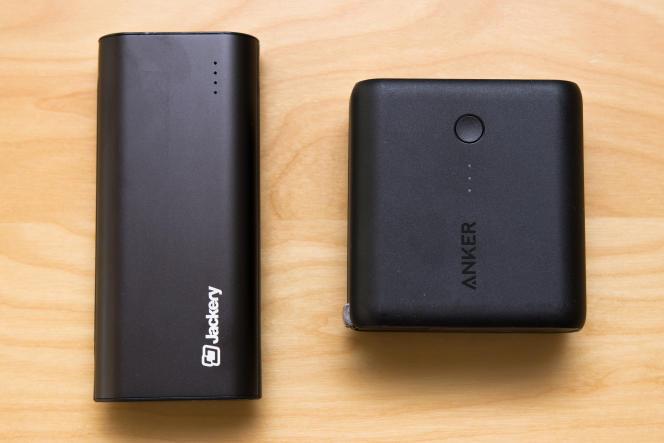 La Jackery Bolt (à gauche) comporte des câbles micro-USB et Lightning intégrés, pour que vous n'ayez besoin de penser à rien quand vous bougez. L'Anker Fusion (à droite) a une fiche de prise électrique intégrée, ce qui signifie que vous n'avez pas besoin d'un chargeur pour la brancher au mur, mais il vous faut quand même prévoir les câbles.