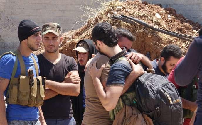 A Deraa, le 15 juillet, lors de l'évacuation vers Idlib, en bus, d'une partie des personnes vivant en zone rebelle.