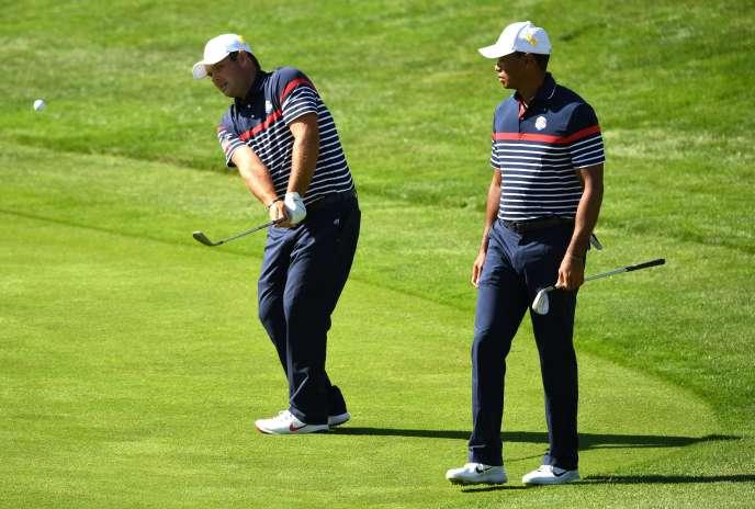 Patrick Reed et Tiger Woodslors de l'entraînement au golf national de Saint-Quentin-en-Yvelines.