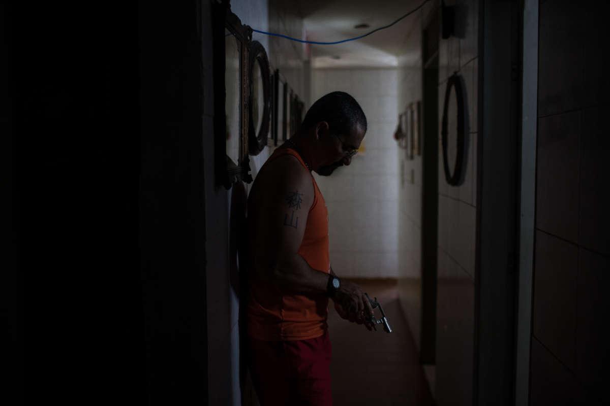 A l'instar de la plupart des habitants, cet homme vivant dans le quartier Nazaré, à Natal, détient une arme, en dépit de la loi.